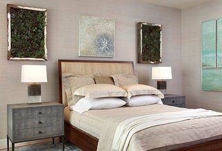 Dormitor amenajat armonios cu decoratiuni in pereche