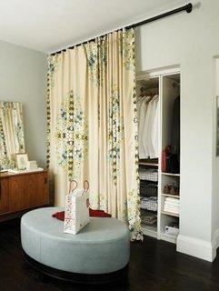 Dressing in dormitor cu perdea in loc de usa