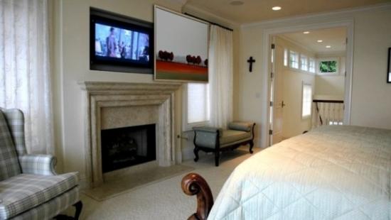 Modalitate de mascare a televizorului in dormitor