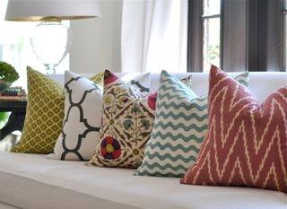 Pernele decorative asezate simetric pentru o locuinta fericita