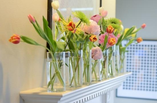 Vaze decorative cu flori pentru o casa amenajata in stil feng shui