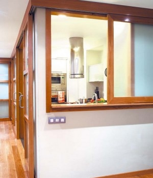Bucatarie in mijlocul casei cu fereastra spre living