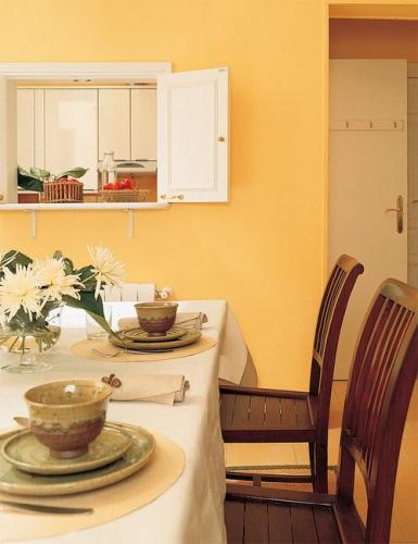 Fereastra de bucatarie cu obloane in culori contrastante
