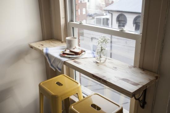 Bar simplu instalat la fereastra din bucatarie