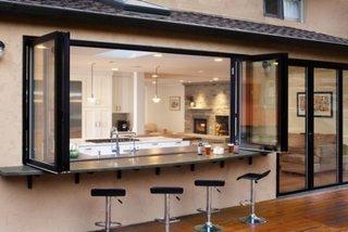 Bucatarie cu iesire directa catre terasa si fereastra cu bar