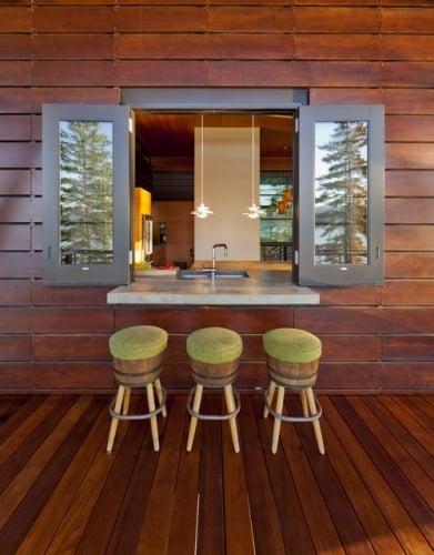 Fatada casa si terasa placata cu lemn cu fereastra cu bar