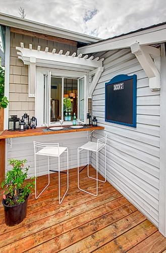 Terasa placata cu lemn si fatada casa de culoare alba