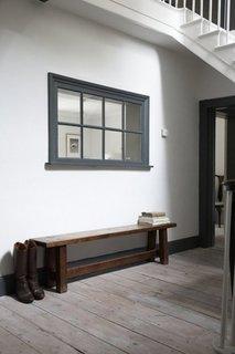Cercevea cu oglinda cu rol de fereastra falsa in hol