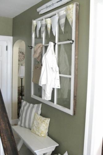 Hol amenajat in stil rustic cu fereastra oarba pe perete