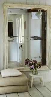 Oglinda inramata intr-o cercevea reconditionata