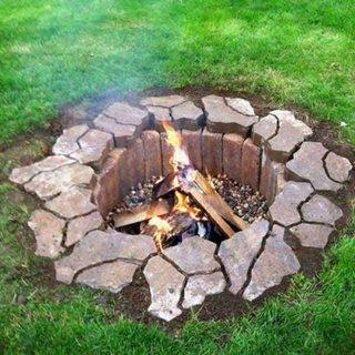 Groapa in pamant pentru foc cu pereti din caramida refractara si bordura din pietre