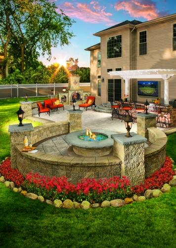 Spatiu amenajat pentru foc decorativ inconjurat de flori