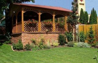 Foisor de gradina din lemn cu balustrada din gratare