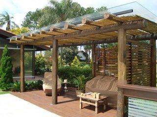 Pavilion de gradina acoperit cu stuf si sticla