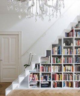 Biblioteca pentru carti sub scara