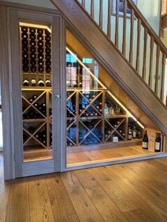 Racitor pentru vinuri sub scara interioara