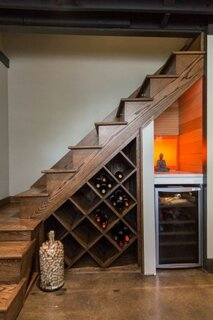 Rack pentru vinuri si racitor amenajate sub scara