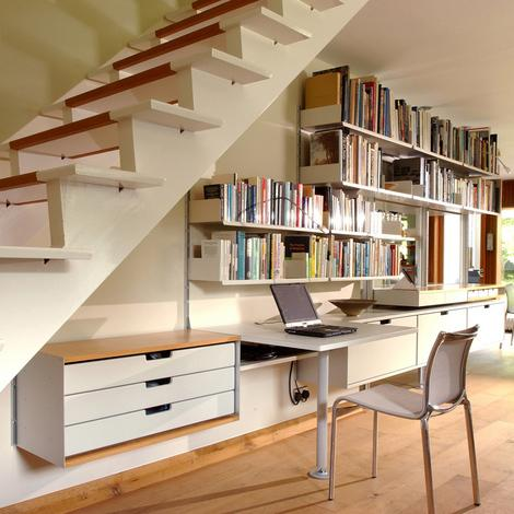 Spaitiu de lucru cu birou si etajere