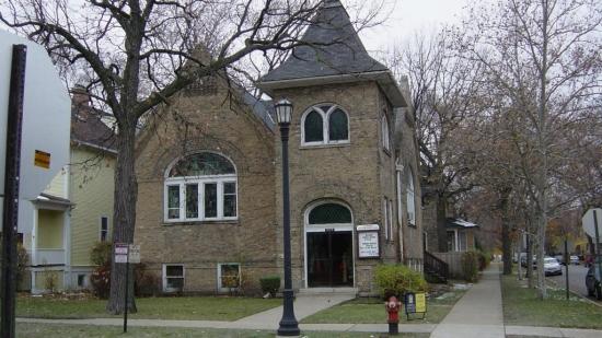 Ati locui intr-o fosta biserica? Povestea unei foste bazilici devenita o superba locuinta.