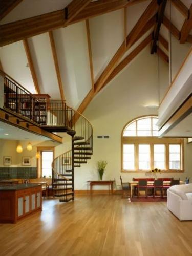 Bucatarie din lemn masiv asortat cu grinzi din lemn pe tavan