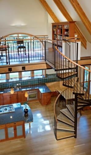 Imagine etaj loft cu birou si dormitor