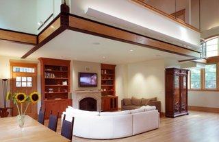 Living cu canapea alba din piele si mobila din lemn masiv