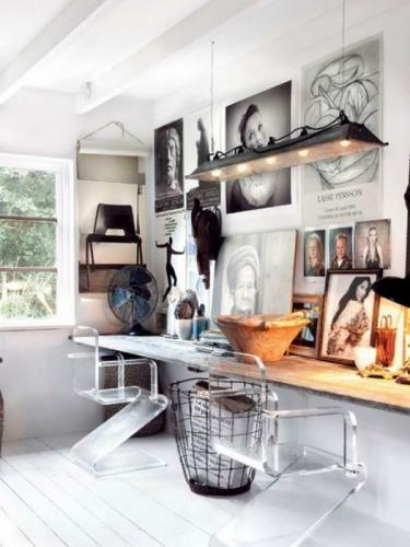 Perete in birou decorat cu diferite postere si fotografii