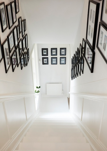 Pereti scara interioara cu colectie de tablouri