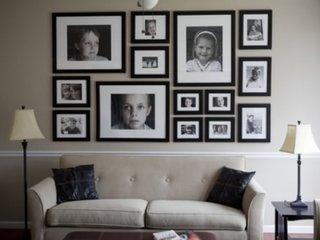 Poze alb negru in rame identice atarnate pe perete ca si colaj