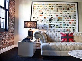 Tablou imens cu multe poze mici in spatele canapelei