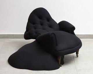 Fotoliu negru cu forma inedita
