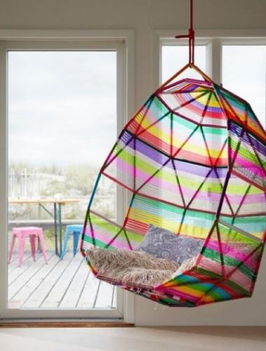 Balansoar suspendat impletit din fibre textile cu forma sferica agatat de tavan