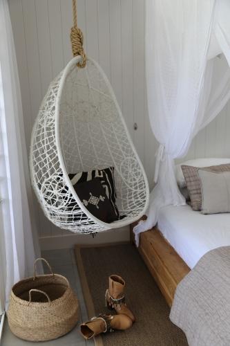 Fotoliu balansoar rattan alb suspendat de tavan dormitor