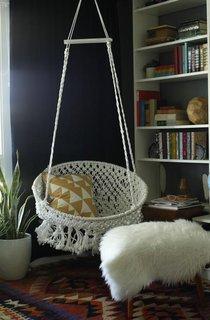 Fotoliu rotund crosetat suspendat pe tavan in birou