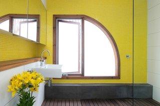 Baie moderna cu peretii placati cu mozaic galben minion