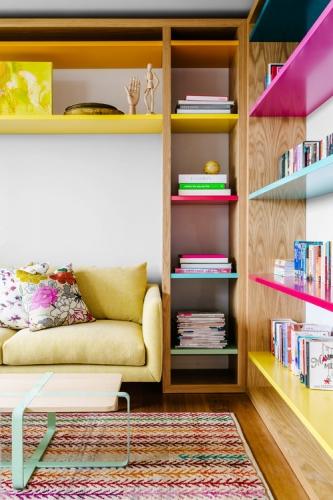 Biblioteca cu etajere divers colorate