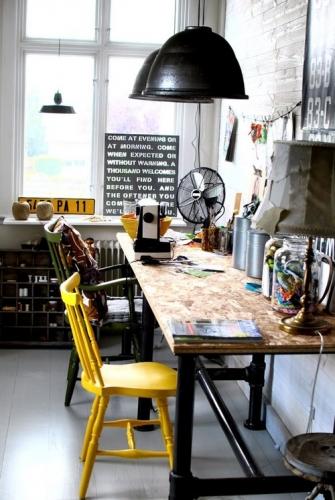 Birou acasa amenajat in stil industrial cu scaun colorat cu galben