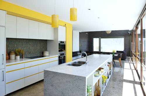 Bucatarie mare moderna cu mobilier alb cu galben