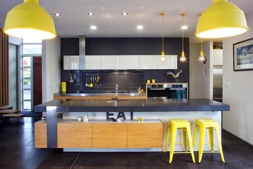 Bucatarie moderna gri carbune cu pete de culoare galbene