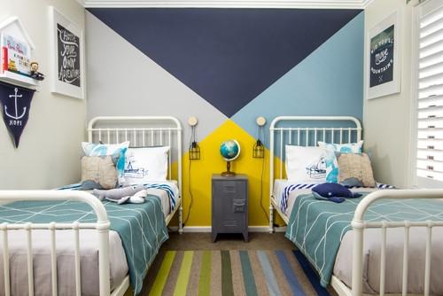 Dormitor copii cu doua paturi in schema neutra de culori si galben aprins