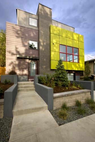 Fatada moderna casa textolit natur caramida si placi galbene