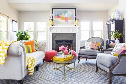 Living amenajat cu gri deschis si decoratiuni galben aprins