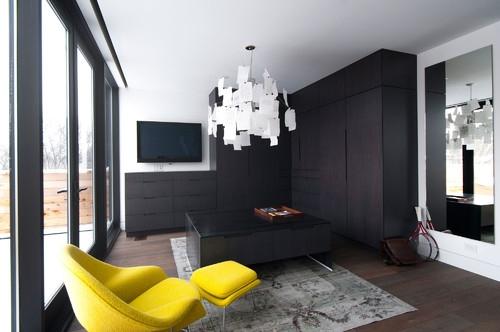 Living cu mobilier gri si fotoliu cu taburet picioare galben viu