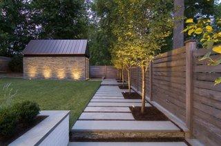 Gard cu stalpi patrati din lemn