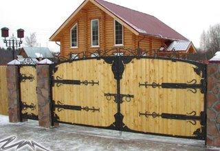 Gard din lemn cu cadre de fier forjat