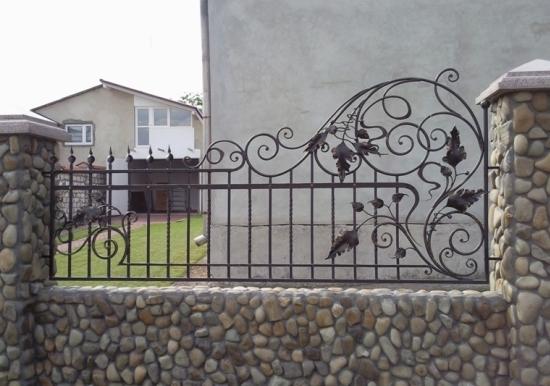 Gard placat cu piatra si elemente din fier forjat