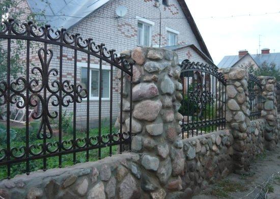 Model gard rustic cu piatra si fier