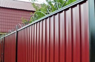Rama de fier forjat la gard de tabla ondulata