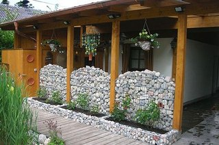 Amenajare teresa rustica cu pereti din gabioane