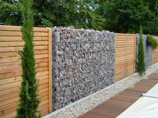 Combinatie de lemn si gabioane pentru gard curte